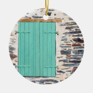 Volets de fenêtre sur un ornement rustique de mur
