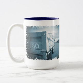 Vont l'ute bleu de ciel de chemin de terre de mug bicolore