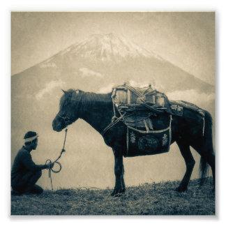 Voyageur vintage et son cheval sur le chemin au photos d'art