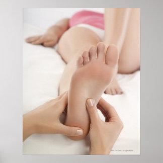 Vrouw die de Massage van de Voet ontvangen Poster