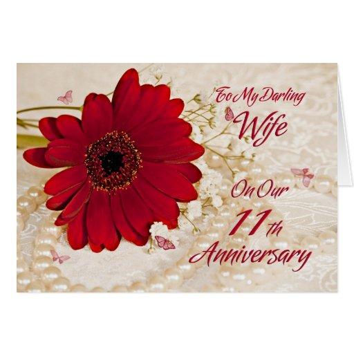 Vrouw op 11de huwelijksverjaardag, een madeliefjeb kaart