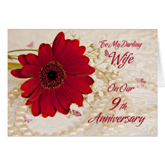 Vrouw op 9de huwelijksverjaardag, een madeliefjebl wenskaart