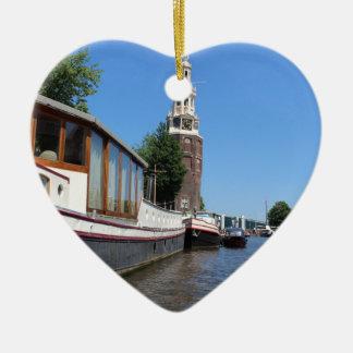 Vue de canal d'Amsterdam - bateaux et flèche Ornement Cœur En Céramique