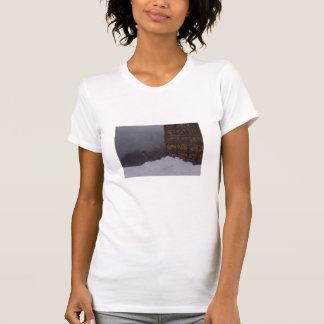 Vue de côté de cerfs communs sur le T-shirt de