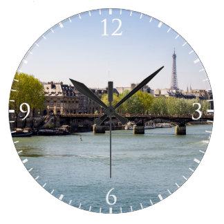 Vue de Tour Eiffel de la Seine de rivière à Paris, Grande Horloge Ronde