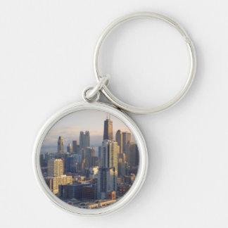 Vue du paysage urbain avec la lumière fantastique porte-clé rond argenté