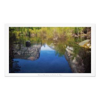 """""""Weerspiegelde Bergen,"""" het Decor van de Natuur Foto Afdruk"""
