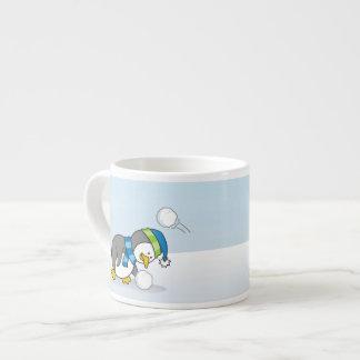 Weinig pinguïn die een sneeuwbal krijgen espresso kop