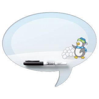 Weinig pinguïn met sneeuwballen het golven whiteboards