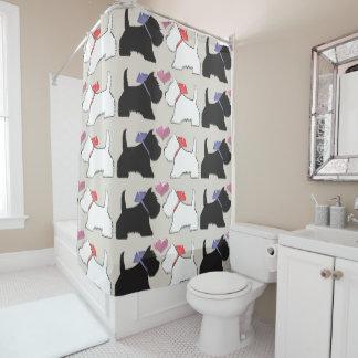 Westie noir et blanc poursuit le rideau en douche