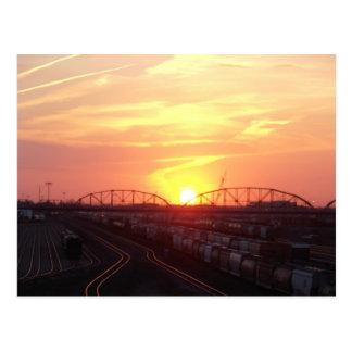 Yard de train au coucher du soleil carte postale