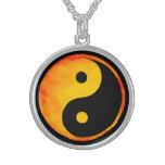 Yin aquarelle orange et jaune de Yang sur le noir Pendentifs Personnalisés