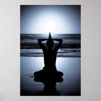 Yoga la nuit sur la plage avec le reflecti de plei