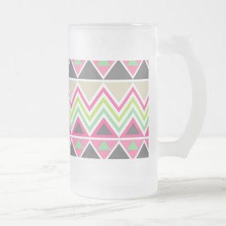 Zigzags tribaux aztèques de Chevron de montagnes Frosted Glass Beer Mug