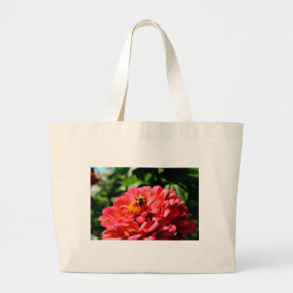 Zinnia de corail avec le bourdon grand tote bag